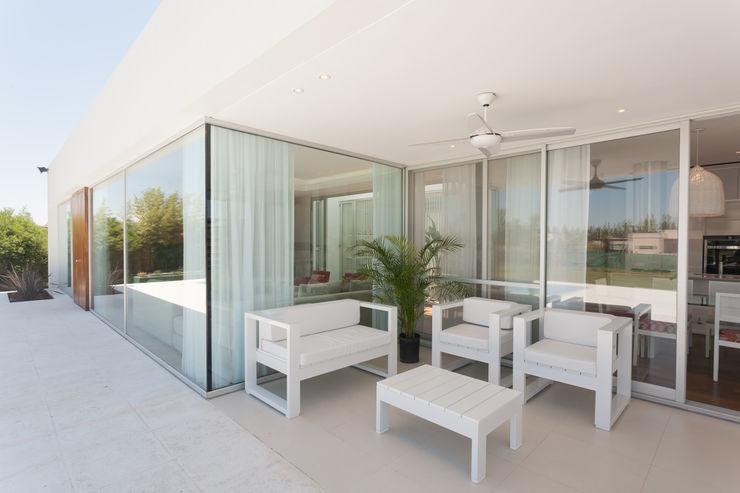 VISMARACORSI ARQUITECTOS Balcone, Veranda & Terrazza in stile moderno