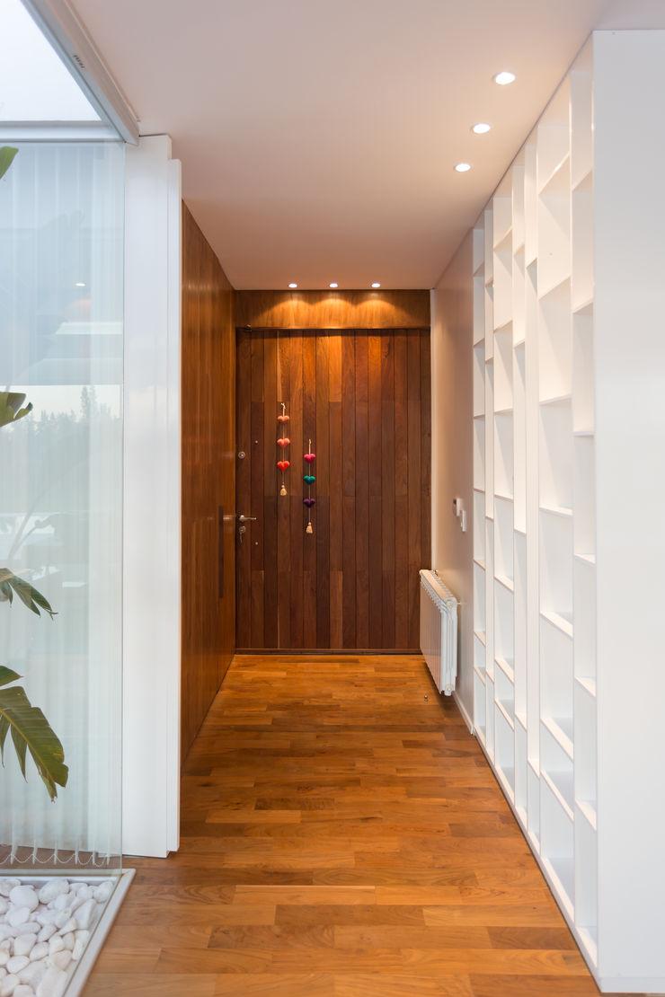 VISMARACORSI ARQUITECTOS Ingresso, Corridoio & Scale in stile moderno