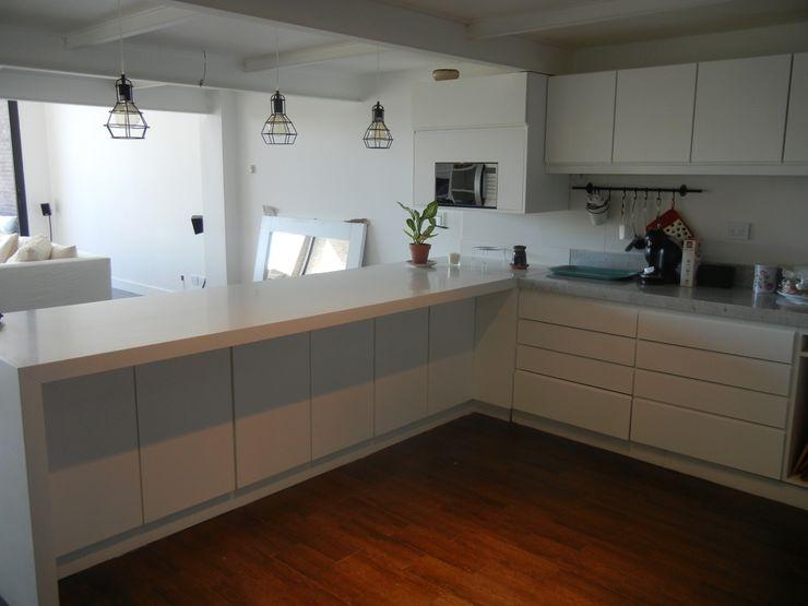 Cocina y Barra integrada Fainzilber Arqts. Cocinas modernas: Ideas, imágenes y decoración Blanco
