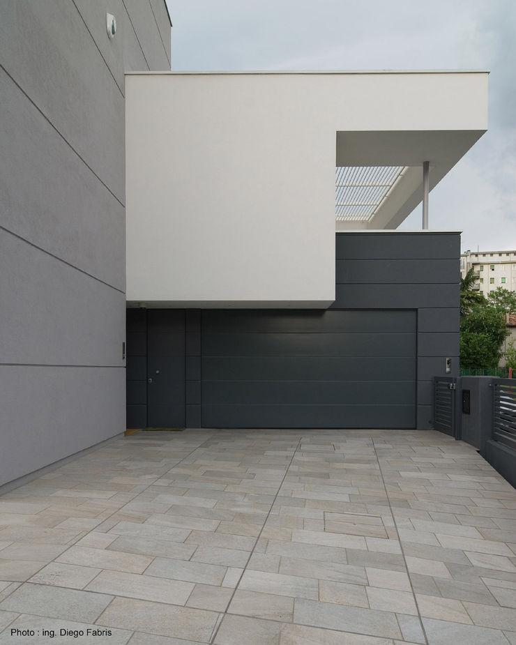 Urban House Studio Vivian Garage/Rimessa in stile moderno