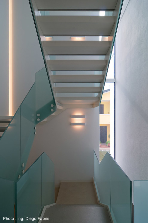 Urban House Studio Vivian Ingresso, Corridoio & Scale in stile moderno
