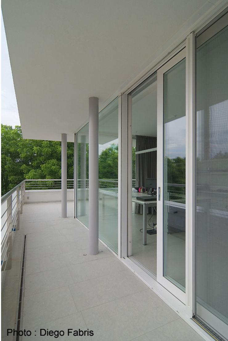 Urban House Studio Vivian Finestre & Porte in stile moderno