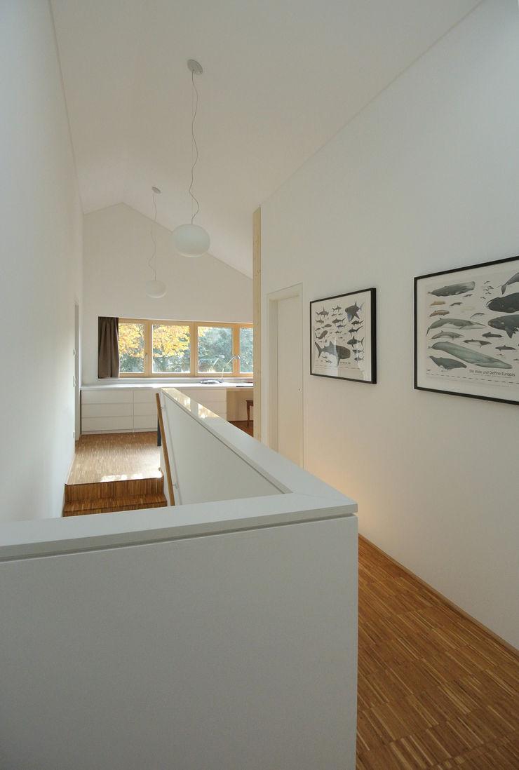 VS Volker Schmidt Architekten Modern Corridor, Hallway and Staircase
