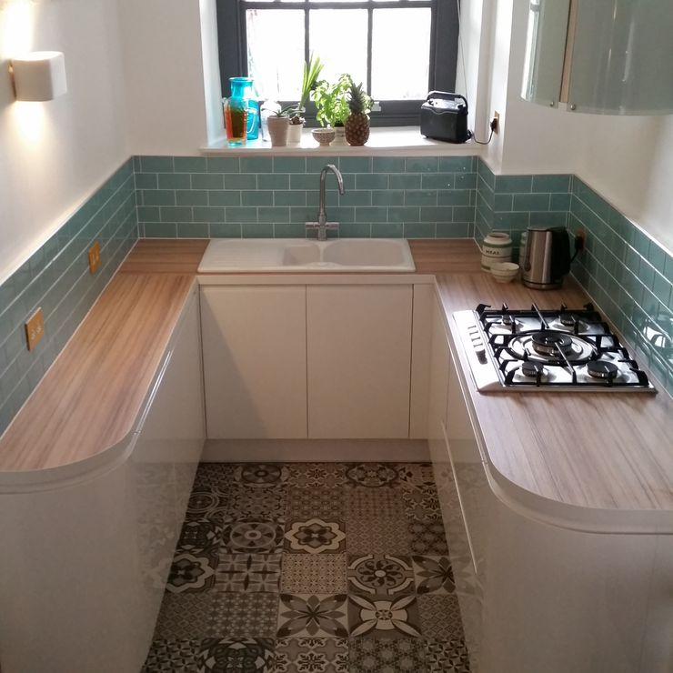 Aqua Marine Turquoise Glass Metro Tile Kitchen Splash Back homify Walls & flooringTiles البلاط Turquoise