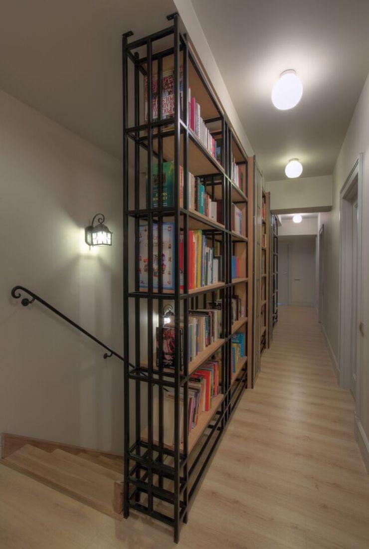 Jeżewska & Zakrawacz Classic style corridor, hallway and stairs
