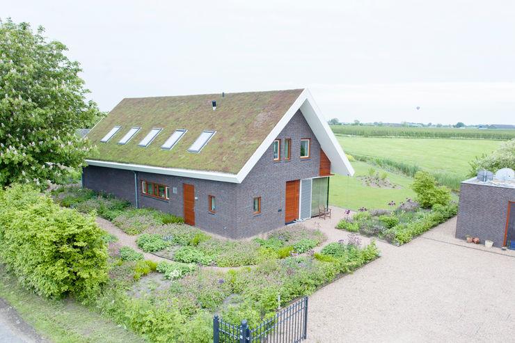 Moderne woning met 'groen dak'. Dutch Quality Gardens, Mocking Hoveniers Moderne tuinen