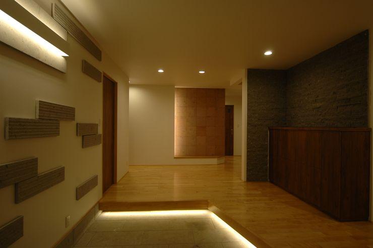 合同会社 栗原弘建築設計事務所 Modern Corridor, Hallway and Staircase Stone White