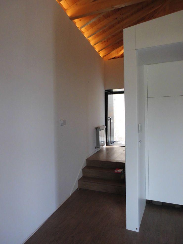 Bastos & Cabral - Arquitectos, Lda. | 2B&C Couloir, entrée, escaliers modernes