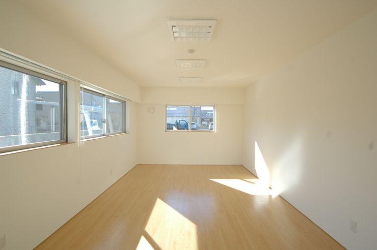 会議室 合同会社 栗原弘建築設計事務所 モダンデザインの 多目的室 ゴム 白色