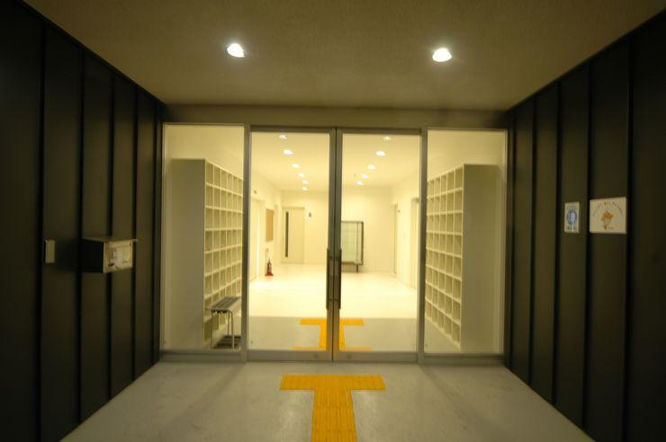 エントランス 合同会社 栗原弘建築設計事務所 モダンデザインの 多目的室 ゴム 白色