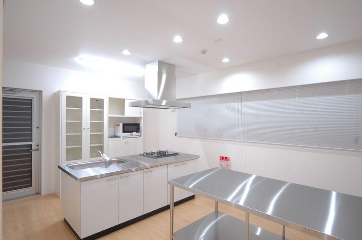 調理室 合同会社 栗原弘建築設計事務所 モダンデザインの 多目的室 ゴム 白色