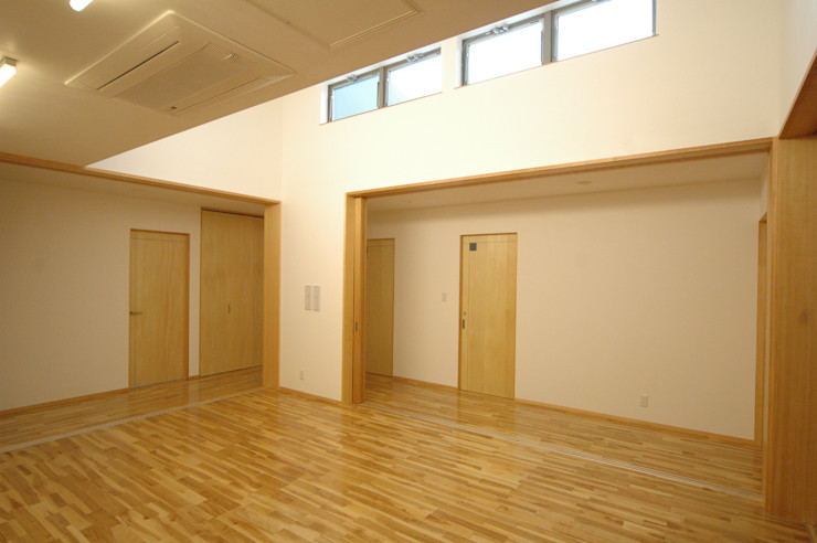 ジユウノ間_1 合同会社 栗原弘建築設計事務所 モダンデザインの 多目的室 木 木目調