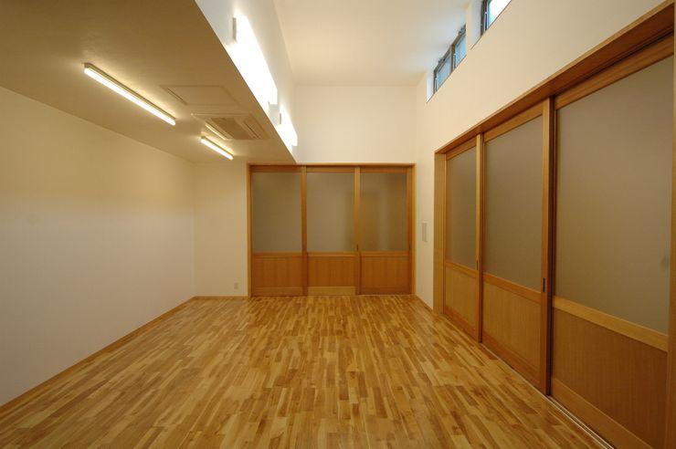ジユウノ間_2 合同会社 栗原弘建築設計事務所 モダンデザインの 多目的室 木 木目調