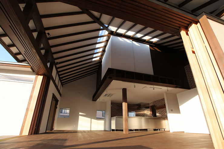 フィールド建築設計舎 Ruang Keluarga Gaya Eklektik Kayu Brown