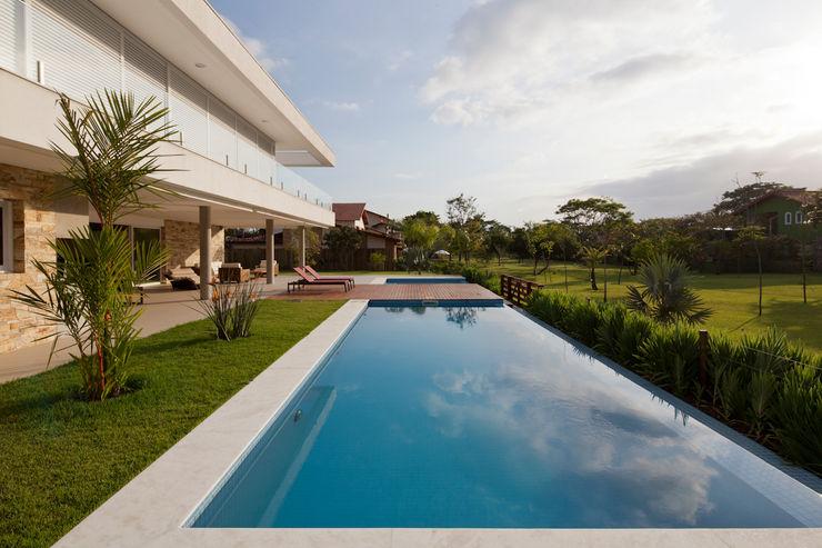 Conrado Ceravolo Arquitetos Modern pool