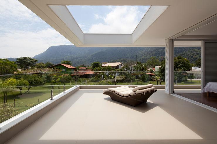 Conrado Ceravolo Arquitetos Balcones y terrazas modernos