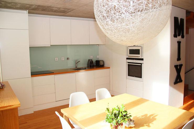 MOOPI - Arch + Interiors Modern kitchen