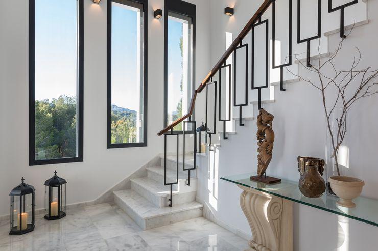 Escalera hecha a medida Laura Yerpes Estudio de Interiorismo Pasillos, vestíbulos y escaleras de estilo mediterráneo Blanco