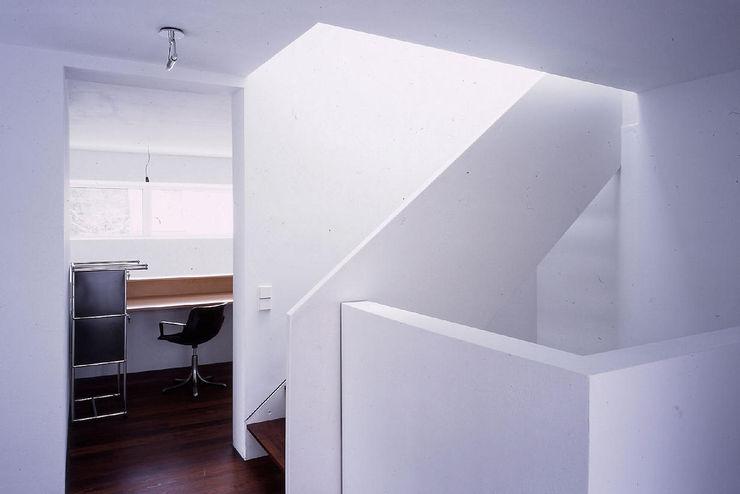 Fürst & Niedermaier, Architekten Modern Corridor, Hallway and Staircase Wood