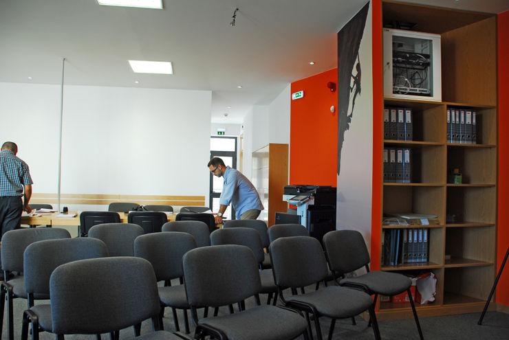 Sala de formação JOÃO SANTIAGO - SERVIÇOS DE ARQUITECTURA Escritórios modernos Laranja
