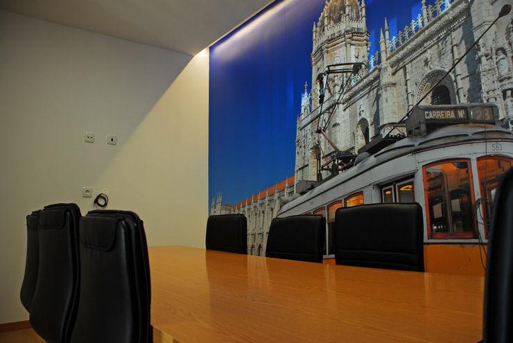 Sala dos Jerónimos JOÃO SANTIAGO - SERVIÇOS DE ARQUITECTURA Escritórios modernos MDF Azul