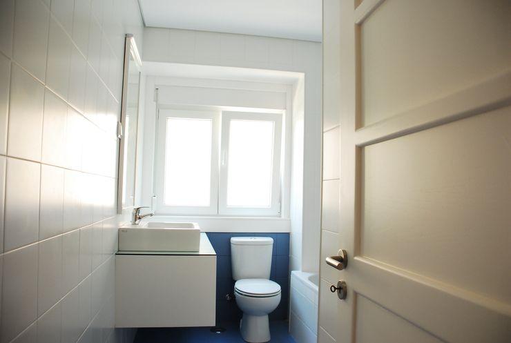 JOÃO SANTIAGO - SERVIÇOS DE ARQUITECTURA Modern bathroom Tiles White