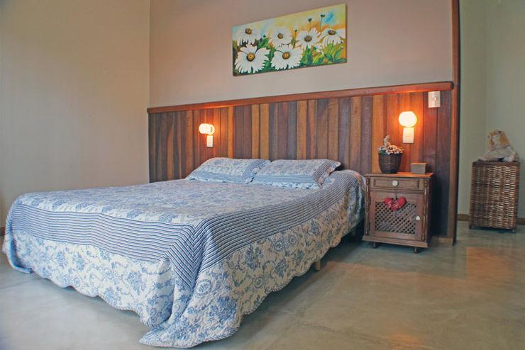 RAC ARQUITETURA Dormitorios de estilo rústico Madera Blanco