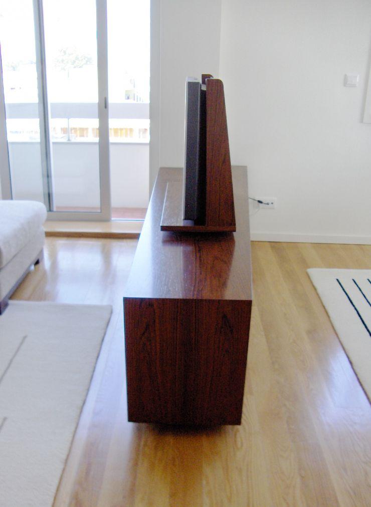 Renato Fernandes - arquitetura ВітальняПідставки для телевізорів та шафи Дерево Дерев'яні