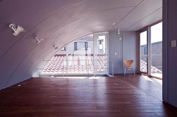 線と面の家:世田谷の狭小二世帯住宅 AIRアーキテクツ建築設計事務所 モダンスタイルの寝室