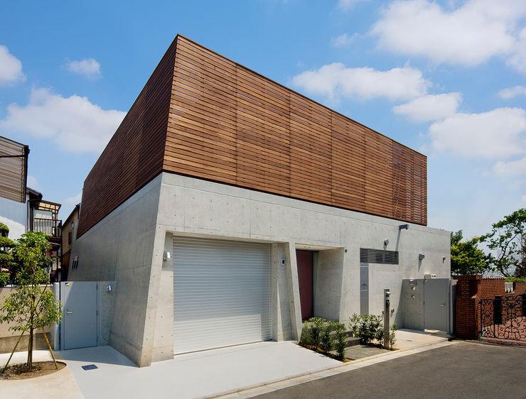 木製目隠し格子とコンクリート打放しの外観 モリモトアトリエ / morimoto atelier モダンな 家 木 灰色