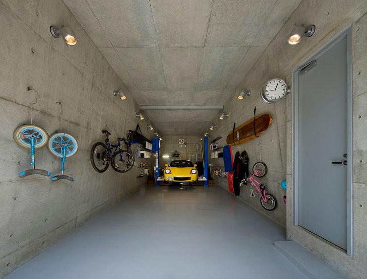 モリモトアトリエ / morimoto atelier Modern garage/shed Iron/Steel Red