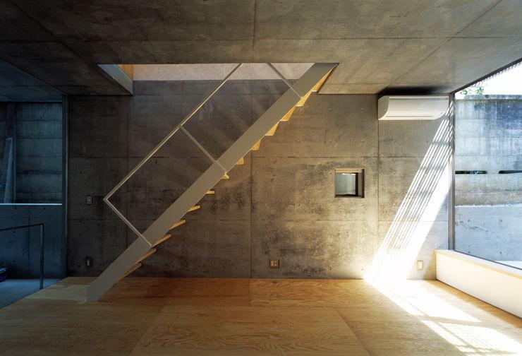 桐山和広建築設計事務所 Modern corridor, hallway & stairs