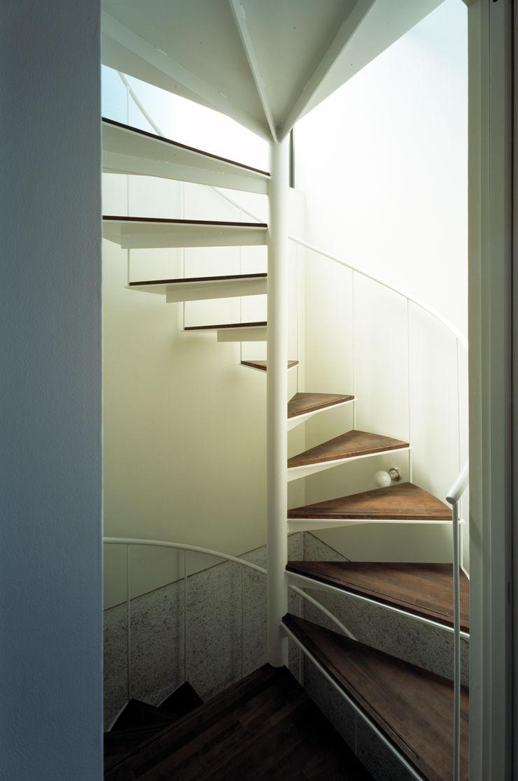 桐山和広建築設計事務所 Modern corridor, hallway & stairs Iron/Steel