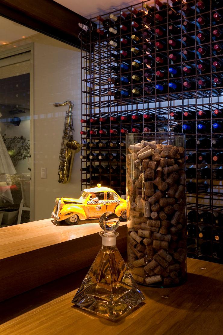 Isabela Canaan Arquitetos e Associados Modern wine cellar