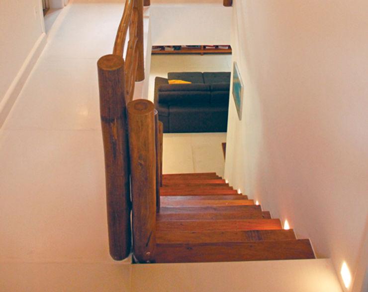 RAC ARQUITETURA Pasillos, vestíbulos y escaleras de estilo rústico