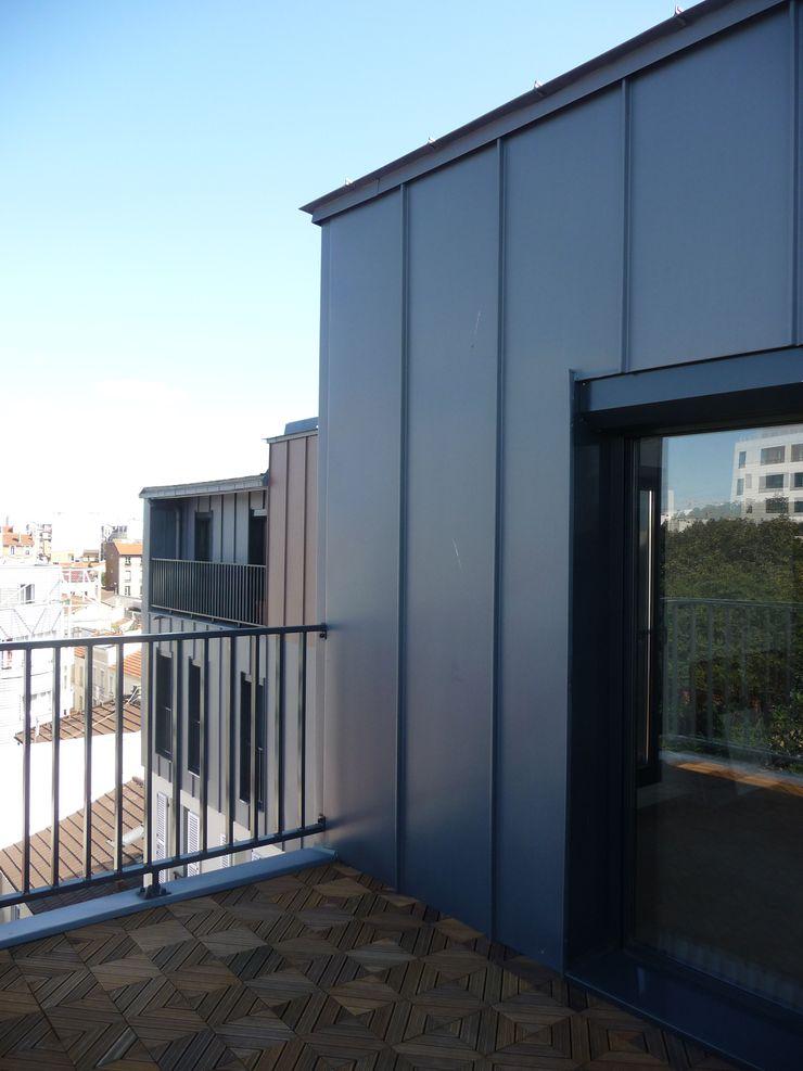 Sur-élevation à ossature Bois – Montreuil AADD+ Balcon, Veranda & Terrasse modernes