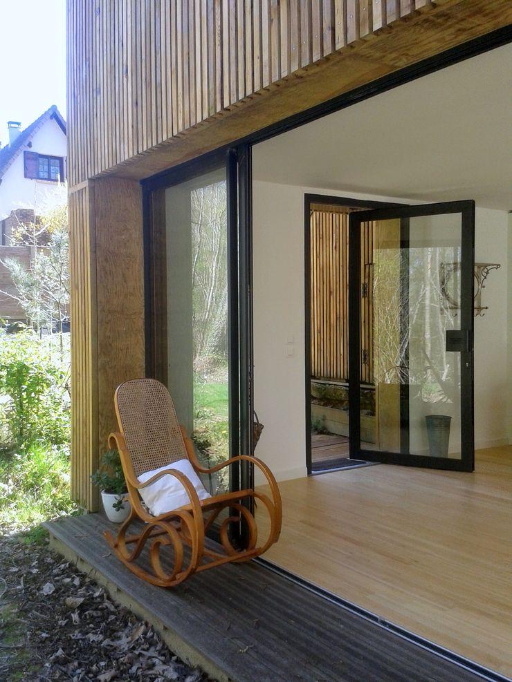 Un Loft à l'Orée du Bois AADD+ Balcon, Veranda & Terrasse minimalistes