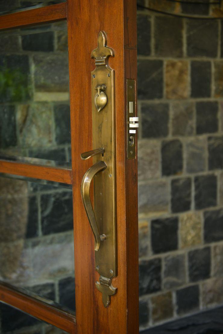 Juanapur Farmhouse monica khanna designs Puertas y ventanasPomos y accesorios
