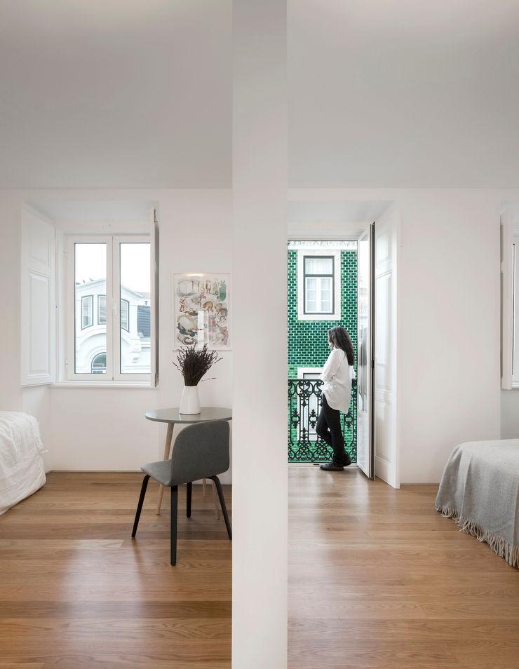 Príncipe real apartment lisbon fala Modern Corridor, Hallway and Staircase