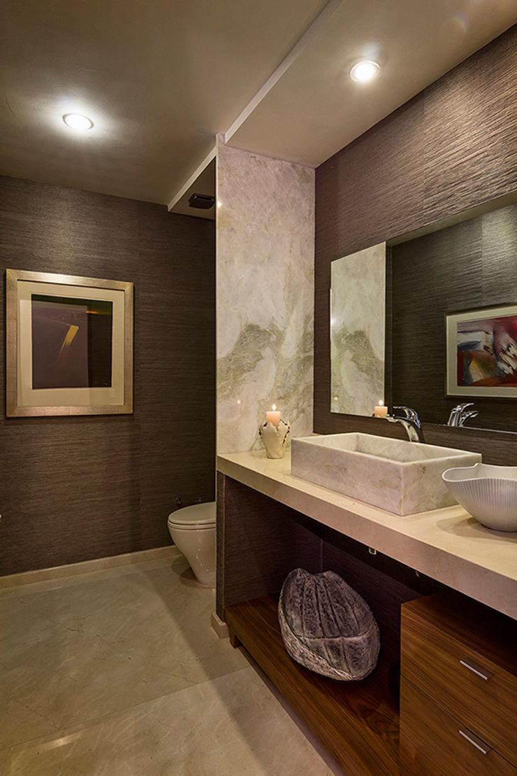 Olivia Aldrete Haas Modern bathroom