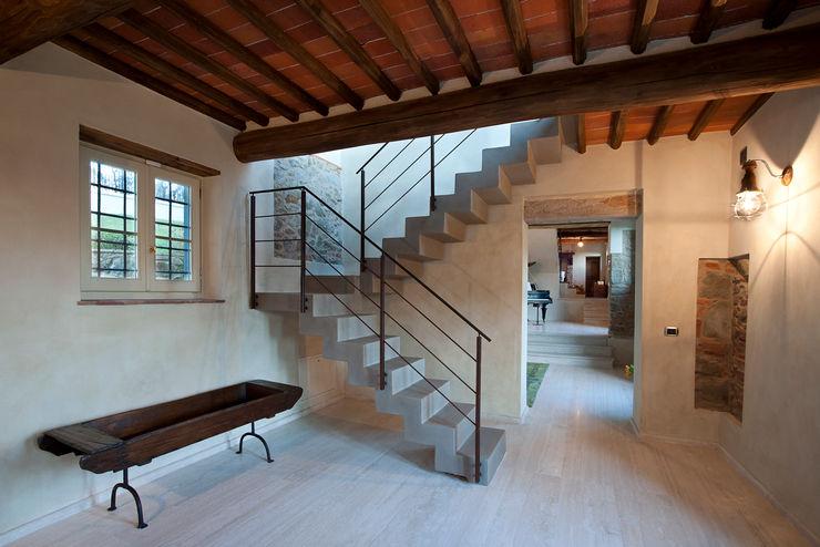 casa in campagna marco bonucci fotografo Ingresso, Corridoio & Scale in stile classico