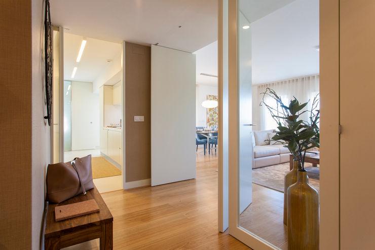 Traço Magenta - Design de Interiores Modern Corridor, Hallway and Staircase