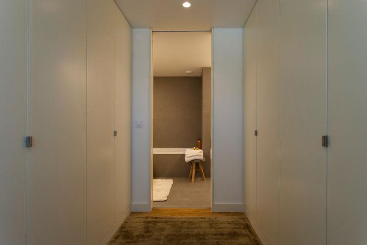Traço Magenta - Design de Interiores Гардеробная в стиле модерн