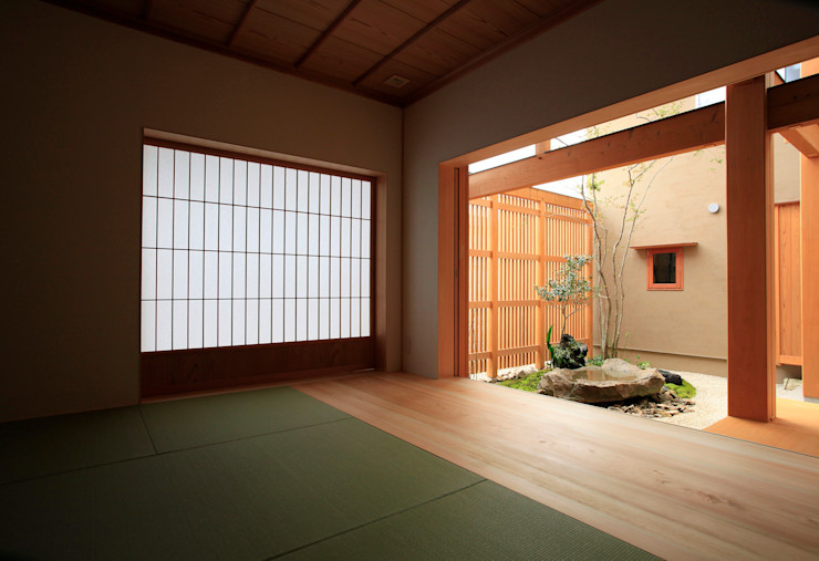 和室から見た中庭 株式会社サン工房 オリジナルデザインの 多目的室