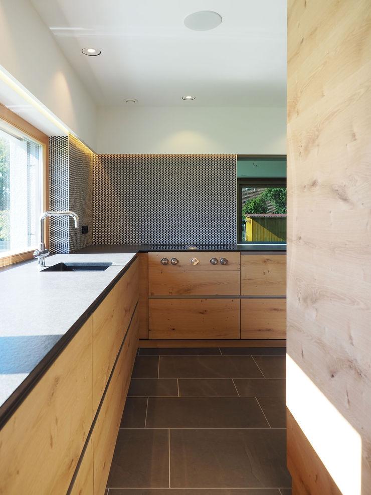 Fichtner Gruber Architekten Modern style kitchen
