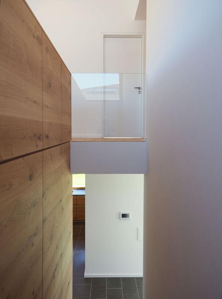 Fichtner Gruber Architekten Modern corridor, hallway & stairs