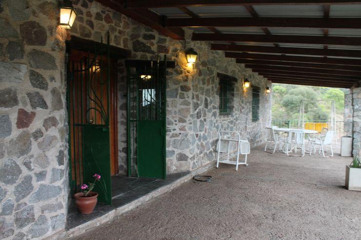 Galería Casas de Campo Balcones y terrazas rústicos Piedra