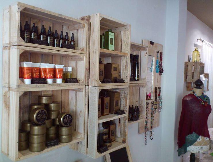 Proyecto Tienda Cosmetica Natural. ARGANIA NATURA. Marbella. DESVAN VINTAGE Salones de estilo escandinavo Madera maciza Acabado en madera