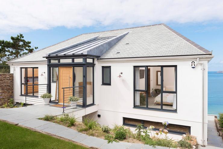 Gwel-An-Treth, Sennen Cove, Cornwall Laurence Associates Casas modernas Branco