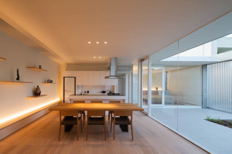 MANI建築デザイン事務所 Salas de estilo minimalista
